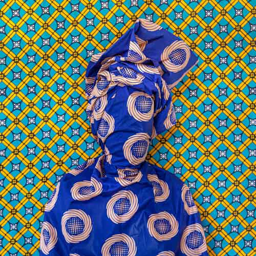 تنیده شده در پارچه آثاری از عالیه علی کاور
